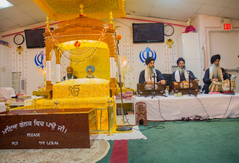 Men by the Sikh holy scriptures and men singing